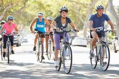 Группа в составе велосипедисты на пригородной улице Стоковая Фотография RF