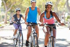 Группа в составе велосипедисты на пригородной улице Стоковое Изображение RF