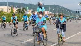 Группа в составе велосипедист на профессиональной гонке Стоковые Фотографии RF