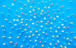 Группа в составе взгляда /Top выборочного фокуса штырь, канцелярская кнопка на голубой предпосылке таблицы стола, идеях творчески стоковые изображения