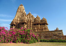 Группа в составе виска Khajuraho памятники в Индии с эротичными скульптурами на стене Стоковое Изображение RF