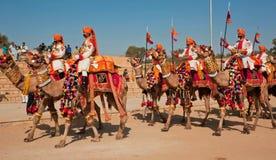 Группа в составе всадники верблюда в формах идя к фестивалю пустыни Стоковая Фотография