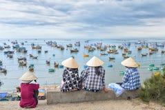 Группа в составе въетнамские женщины ждать рыбацкую лодку Стоковое Изображение