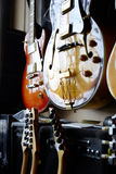 Группа в составе гитары в экспозиции Стоковая Фотография RF
