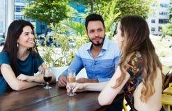 Группа в составе говоря человек и женщина в баре Стоковое фото RF
