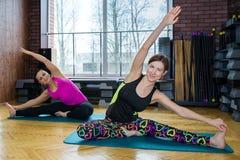 Группа в составе девушки делая йогу Стоковая Фотография RF