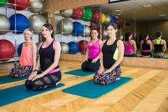 Группа в составе девушки делая йогу Стоковое фото RF