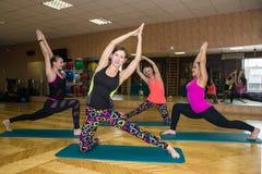 Группа в составе девушки делая йогу Стоковые Изображения RF