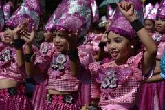 Группа в составе девушки в красочных костюмах кокоса участвовала в танцах улицы Стоковые Фотографии RF