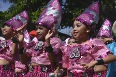 Группа в составе девушки в красочных костюмах кокоса участвовала в танцах улицы Стоковая Фотография RF