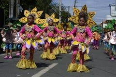 Группа в составе девушки в красочных костюмах кокоса участвовала в танцах улицы Стоковые Изображения RF