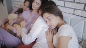 Группа в составе девушки после праздновать ночу курицы спать совместно на кровати сток-видео
