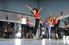 Группа в составе девушки скача в воздух Стоковое Фото