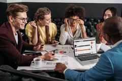 группа в составе деловые партнеры имея переговор Стоковое Фото