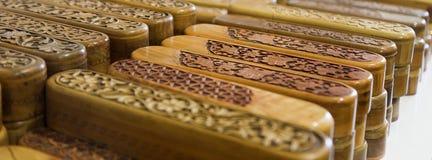 Группа в составе деревянная осложненная украшенная высекаенная коробка карандаша Выгравированный деревянный случай карандаша Стоковые Фото