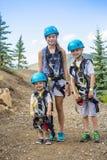 Группа в составе дети готовые для того чтобы пойти на приключение zipline стоковые изображения rf