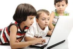 Группа в составе дети играя на белизне Стоковые Фото