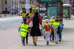 Группа в составе дети школьного возраста на дороге стоковое изображение