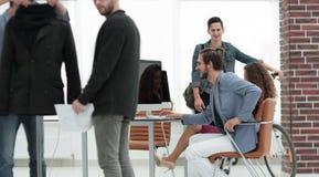 Группа в составе дизайнеры создавая новые модели одежд Стоковые Изображения