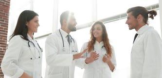Группа в составе доктора обсуждая в больнице Стоковая Фотография RF
