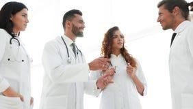 Группа в составе доктора обсуждая в больнице Стоковая Фотография