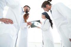 Группа в составе доктора обсуждая рентгеновский снимок Стоковые Фотографии RF