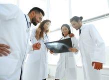 Группа в составе доктора обсуждая рентгеновский снимок Стоковые Фото