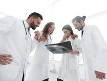 Группа в составе доктора обсуждая рентгеновский снимок Стоковое Изображение RF