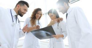 Группа в составе доктора обсуждая рентгеновский снимок Стоковая Фотография RF