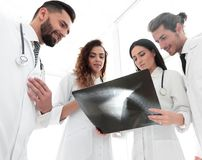 Группа в составе доктора обсуждая рентгеновский снимок Стоковые Изображения