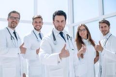 Группа в составе доктора показывая большие пальцы руки вверх Стоковая Фотография RF