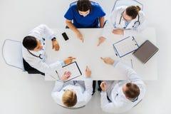 Группа в составе доктора при cardiograms работая на таблице Стоковые Фото