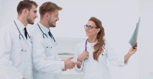 Группа в составе доктора рассматривая рентгеновский снимок в больнице Стоковое Изображение RF