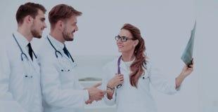 Группа в составе доктора рассматривая рентгеновский снимок в больнице Стоковая Фотография