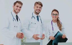 Группа в составе доктора рассматривая рентгеновский снимок в больнице Стоковые Фото