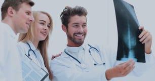 Группа в составе доктора рассматривая рентгеновский снимок в больнице Стоковое фото RF