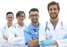 Группа в составе доктора стоя на медицинском офисе Стоковое Изображение RF