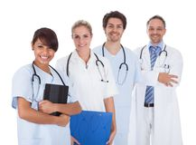 Группа в составе доктора стоя совместно над белизной Стоковые Изображения