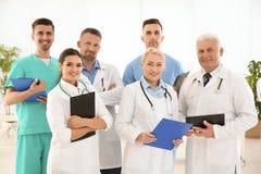 Группа в составе доктора в форме на клинике Стоковое Изображение RF