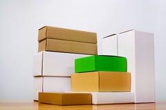Группа в составе другой цвет картонной коробки и размер, куча пакета Стоковая Фотография RF