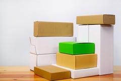 Группа в составе другой цвет картонной коробки и размер, куча пакета Стоковые Фотографии RF