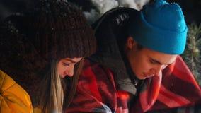 Группа в составе друзья имея полезного время работы огнем в древесинах Милые пары жаря грибы и томаты Парень видеоматериал