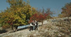 Группа в составе друзья исследуя природу на выставке, фотографируя некоторые красивое место видеоматериал
