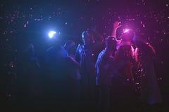 Группа в составе друзья на вечеринке по случаю дня рождения на ночном клубе Стоковые Изображения RF
