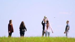 Группа в составе друзья на поле лета имея потеху играя волейбол видеоматериал