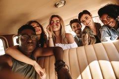 Группа в составе друзья принимая selfie на поездке Стоковая Фотография