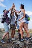 Группа в составе друзья смотря карту и обсуждая outdoors Друзья идут на пеший туризм, лес, воссоздание, любят активный образ жизн Стоковое фото RF