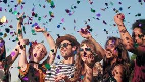 Группа в составе друзья танцуя в confetti видеоматериал
