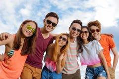 Группа в составе друзья стоковая фотография
