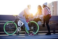 Группа в составе 3 друз говоря в улице Стоковые Изображения RF